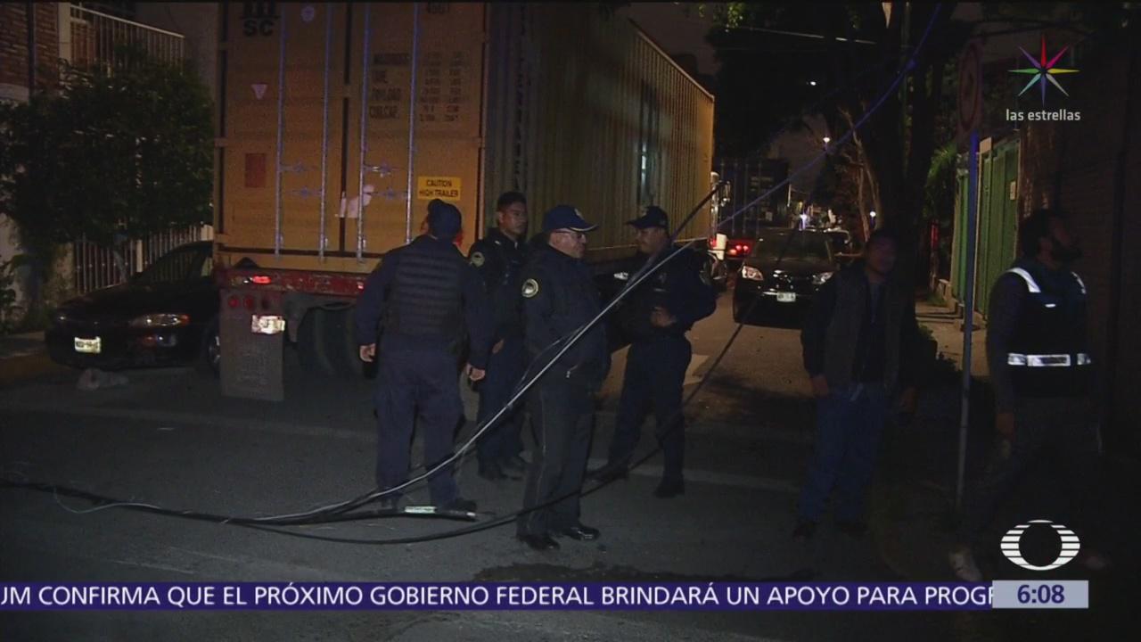 Camiones tiran cables de luz en la colonia Jardín Balbuena,