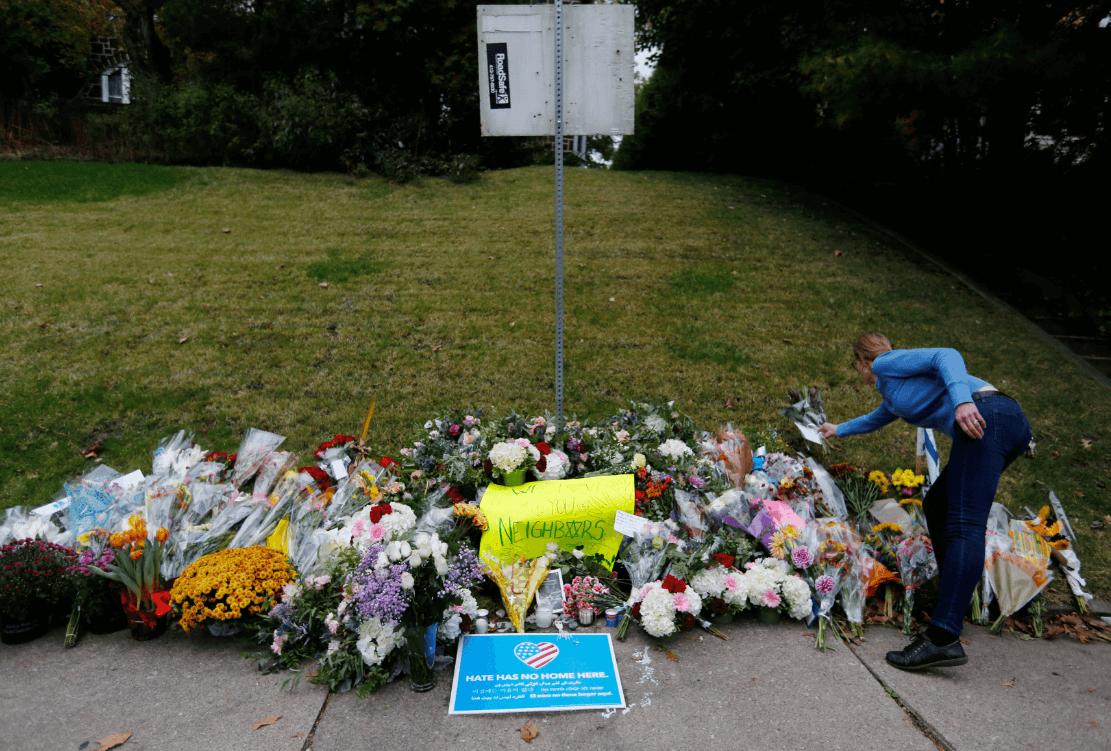 Colocan flores en honor de las víctimas del tiroteo en la sinagoga de Pittsburgh. (Reuters)
