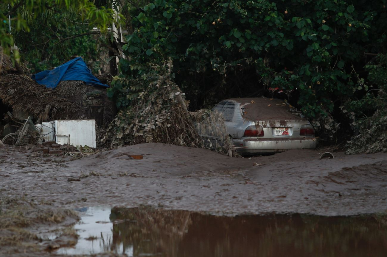 Comunidades en Nayarit, cubiertas de lodo por huracán Willa