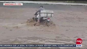 Corriente arrastra una motocicleta, en Manzanillo, Colima