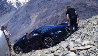 El conductor trata de empujar el Veyron mientras este se resbala por una ladera en Los Andes (Carbuzz)