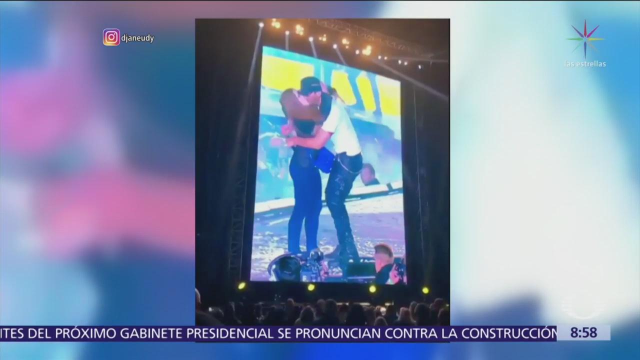Fan ucraniana besa a Enrique Iglesias durante concierto