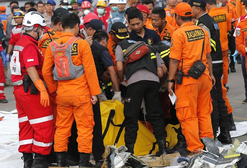 Encuentran cajas negras del avión de Lion Air accidentado