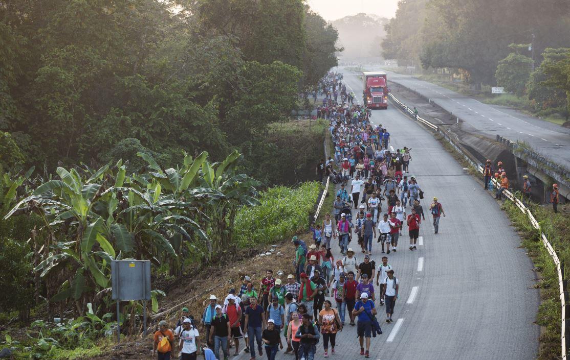 Hondureño viaja con caravana para conseguir prótesis
