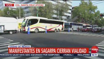 Manifestantes instalados frente a Sagarpa cierran vialidad