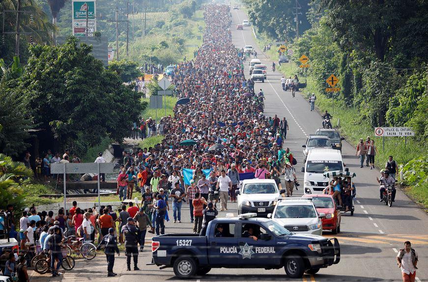 Migrantes hondureños reanudan en México su marcha hacia EU