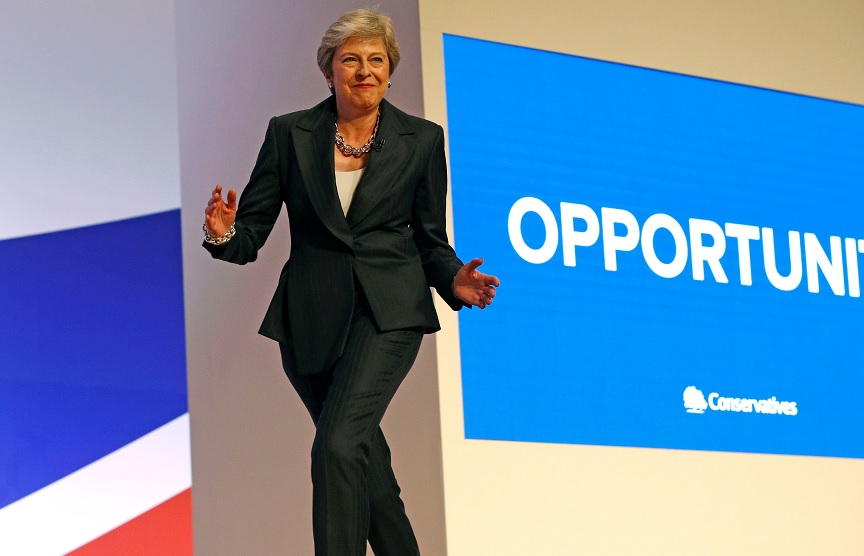 Theresa May baila 'Dancing Queen' para hablar del brexit