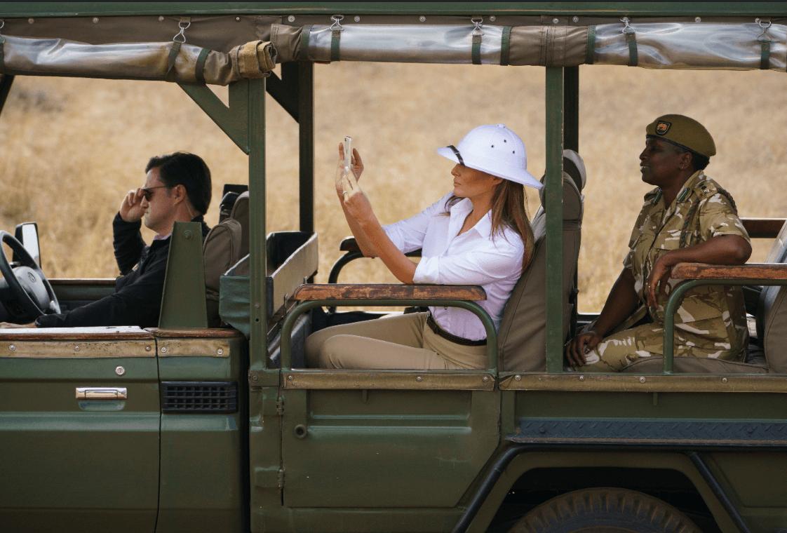 Melania Trump tomó fotos a los animales durane el safari. (AP)
