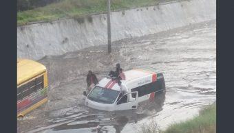 Inundación en Tlalnepantla; rescatan a pasajeros atrapados