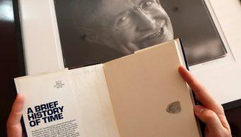 Copia firmada de la tesis de Stephen Hawking puede venderse en más de 100 mil euros