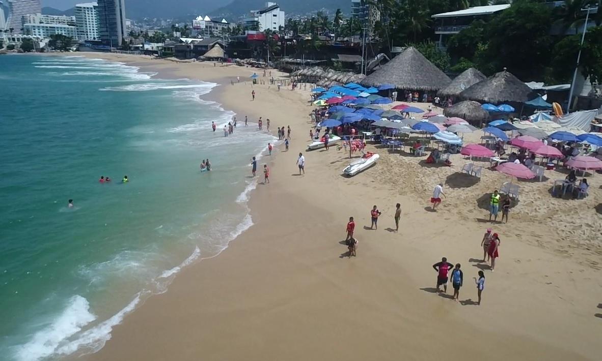 Por megacorte de agua capitalinos se refugian en Acapulco
