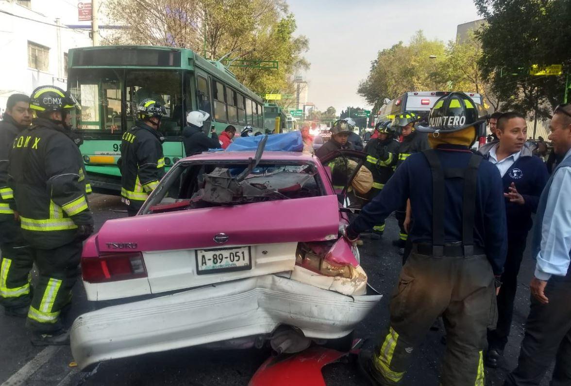 Choque entre un taxi y un trolebús deja 2 lesionados en CDMX