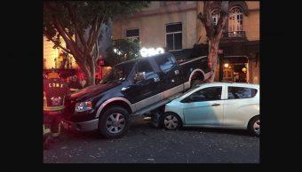 Automovilista intenta arrollar a ciclista, choca, deja 5 lesionados y lo detienen en la Roma
