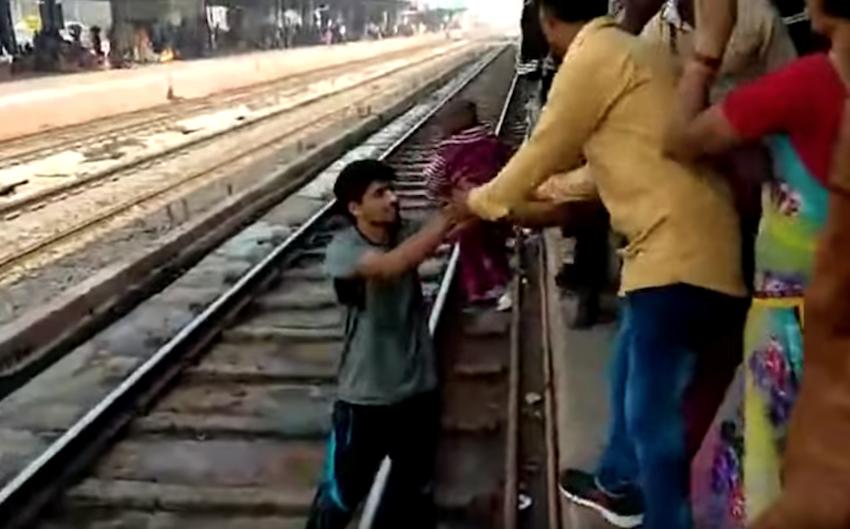 Video Bebé sale ilesa después pasa encima tren