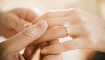 ¿El anillo de compromiso objetiviza a la mujer?