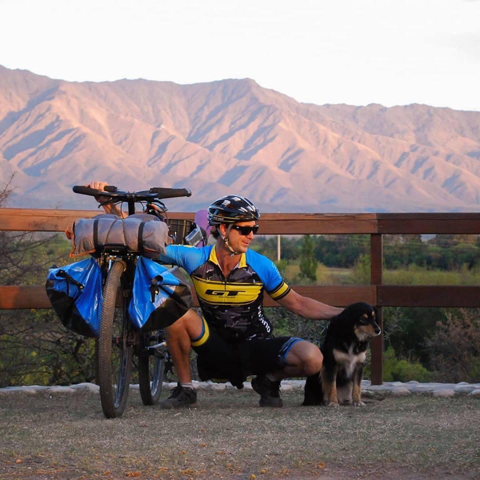 El ciclista que viaja con su perrita por Sudamérica