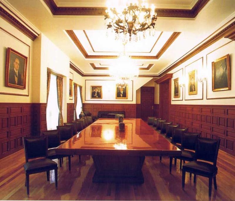 Fotografía del Salón Los Presidentes, donde hay retratos de cada uno de los mandatarios de la República Mexicana (Animal Político)