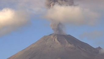 Volcán Popocatépetl emite fumarola de casi dos kilómetros