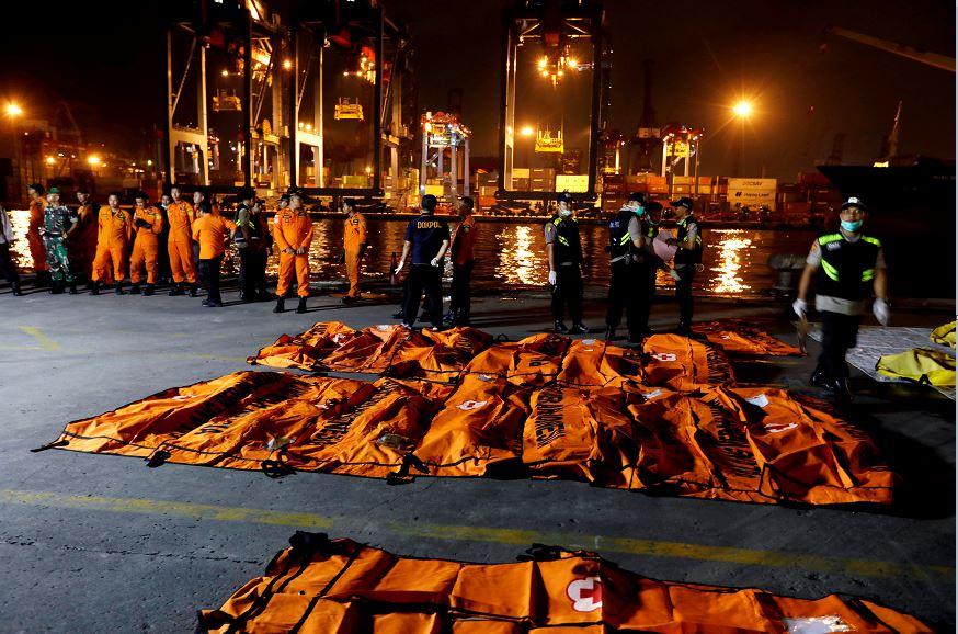 Indonesia extiende búsqueda de víctimas de avión accidentado