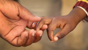 Madre abandona calle hijas 2 y 3 años