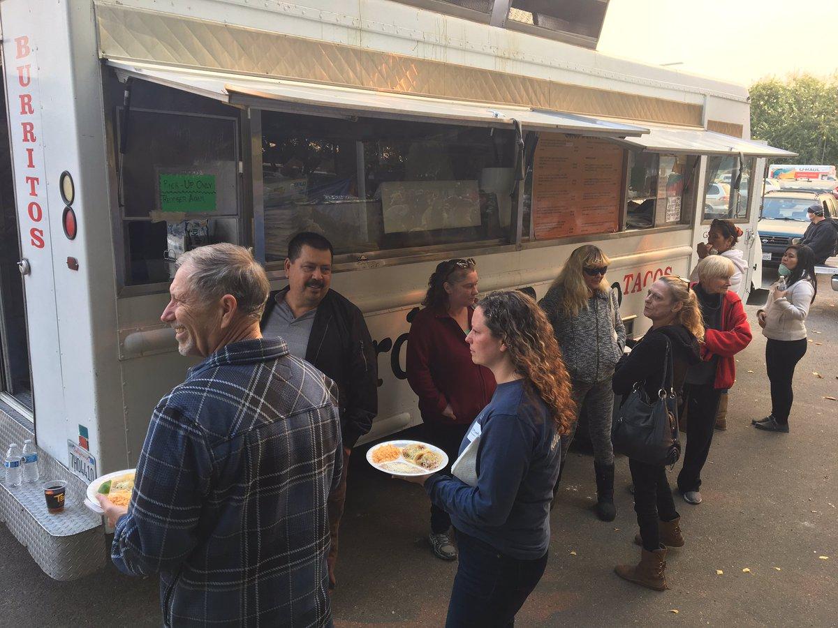Mexicano regala comida a damnificados por incendios