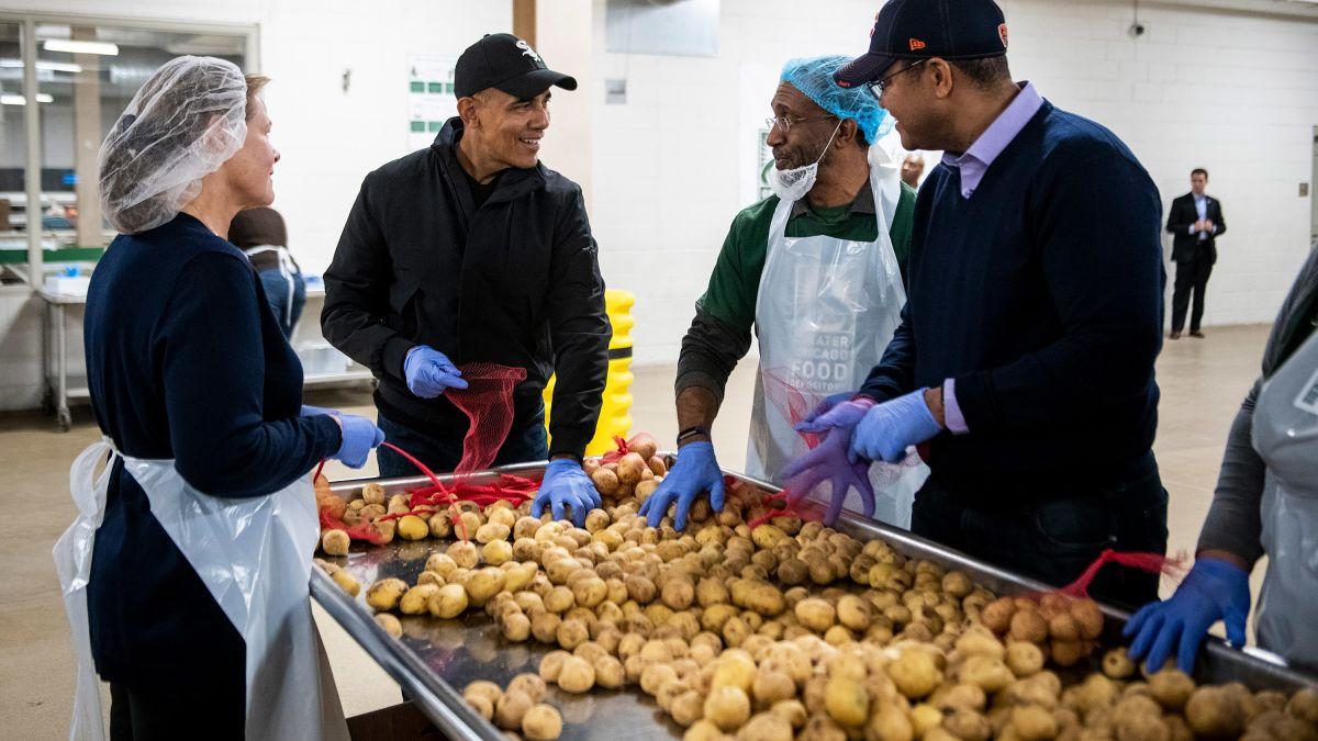 Obama ayuda a preparar cena de Thanksgiving a necesitados (CNN)