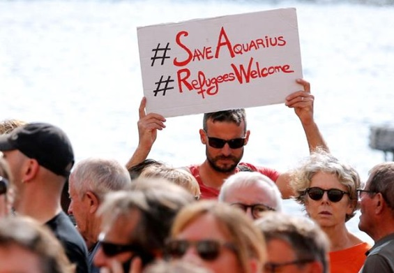 Italia incauta al Aquarius por ropa contaminada con VIH