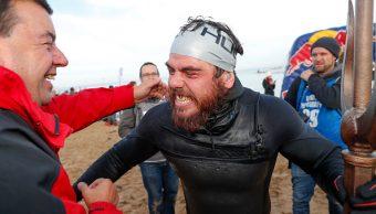 Un hombre rodea a nado Gran Bretaña por primera vez