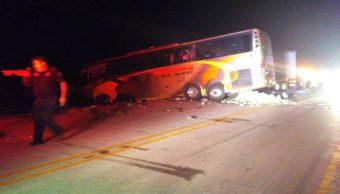 Mueren conductores de camión de pasajeros y tráiler tras choque en Sonora