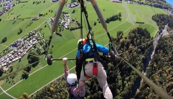 Video: Turista sobrevive vuelo parapente arnés desatado