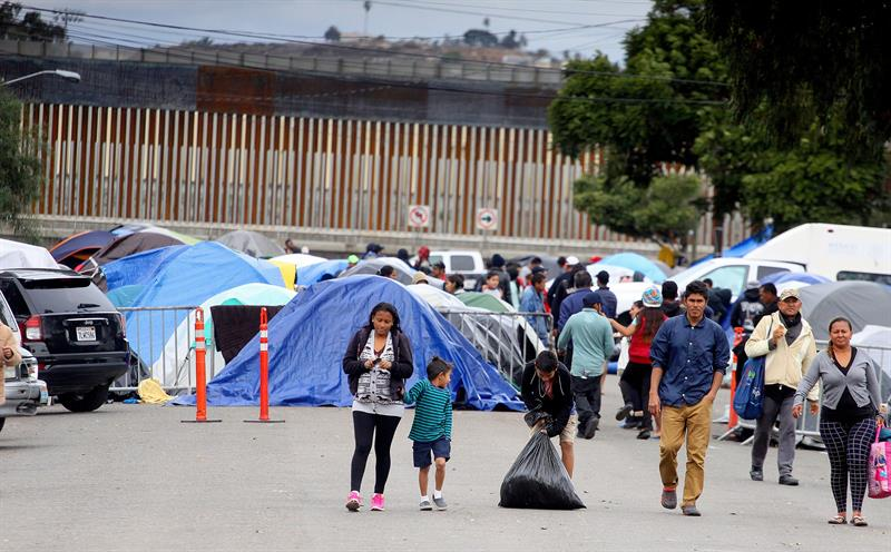 Federación desactiva ultimátum a migrantes para desalojar calle en Tijuana