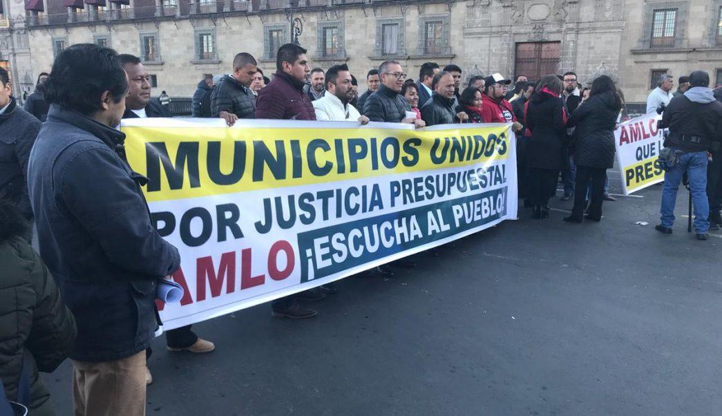 Alcaldes protestan en Palacio Nacional por reducción Ramo 23