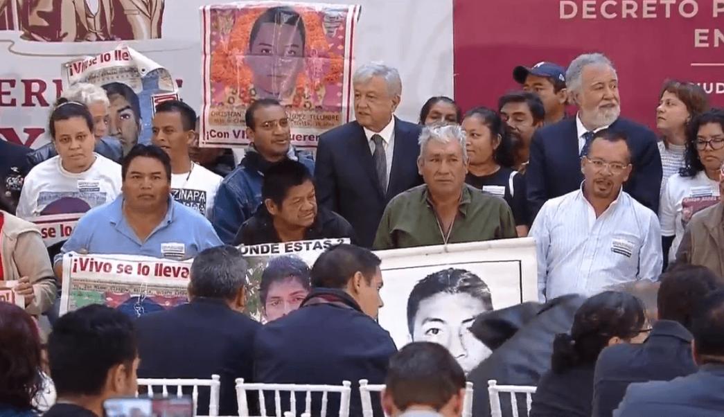 AMLO firma decreto para comisión de la verdad del caso Ayotzinapa