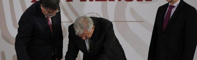"""AMLO firma iniciativa para cancelar """"la mal llamada reforma educativa"""""""