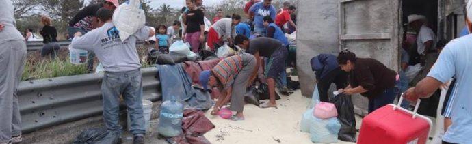 Veracruz: Vuelca tráiler con azúcar, rapiña desborda