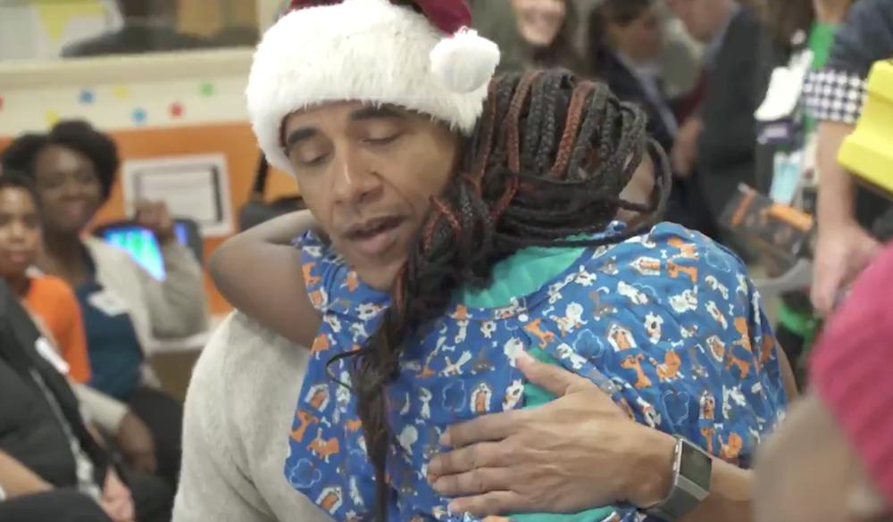Obama se viste de Santa para entregar regalos a niños en hospital
