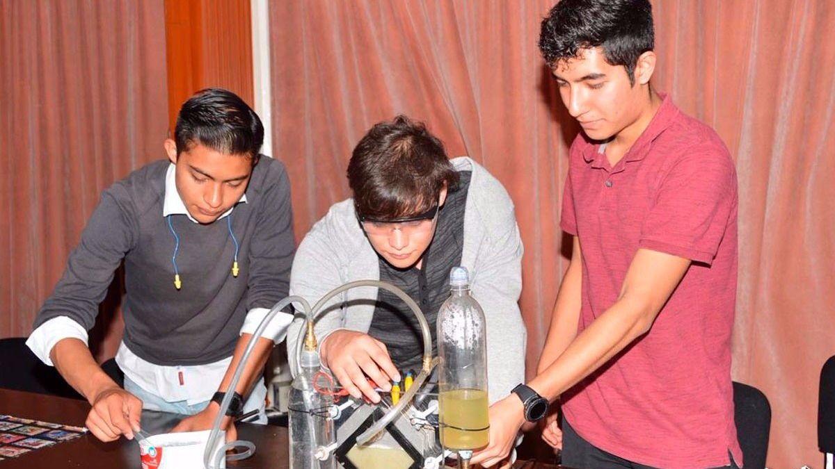 Estudiantes del IPN transforman agua en combustible limpio