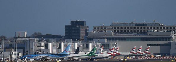 Detienen a dos por vuelo de drones en aeropuerto de Gatwick