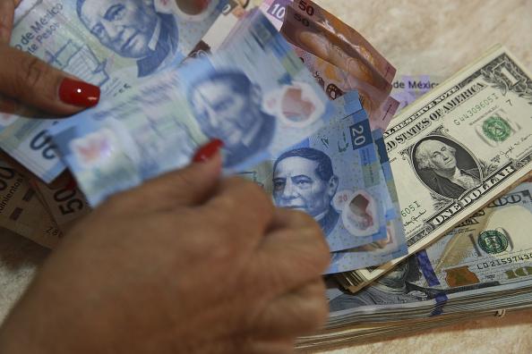 Dólar gana 3 centavos frente al peso; se vende en 19.61