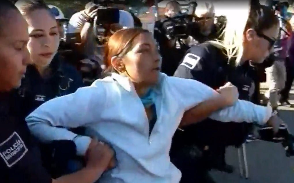 Detienen a mujer por alterar el orden y provocar caos entre migrantes, en Tijuana