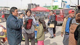 La pareja junto a su hija a la espera de unas monedas en un tianguis del suroriente de la ciudad (Omar Morales/El Diario)