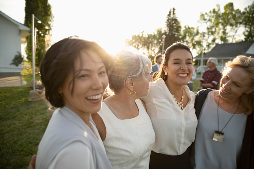 Las mujeres solteras son más capaces que los hombres para generar redes de apoyo social (GettyImages)