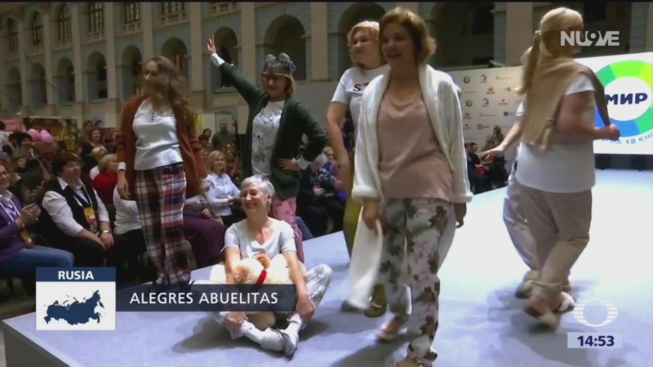 Mujeres de la tercera edad desfilan en pijama