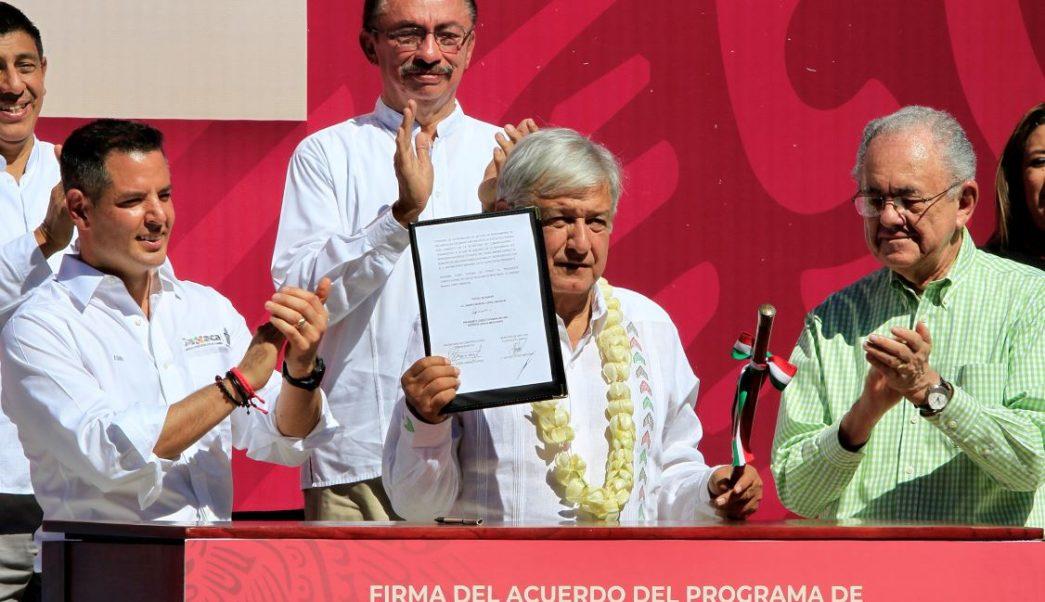 AMLO presenta en Oaxaca programa para pavimentar caminos municipales