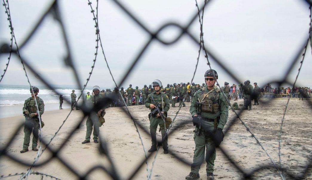 Migrantes brincan muro fronterizo entre Tijuana y San Diego
