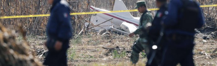 Peritos retiran restos de helicóptero accidentado en Puebla