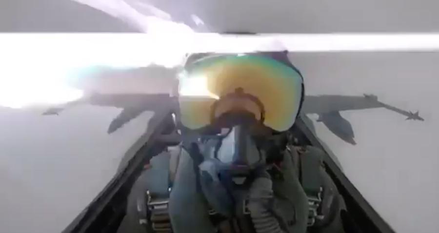 Video Rayo casi impacta casco piloto caza pleno vuelo