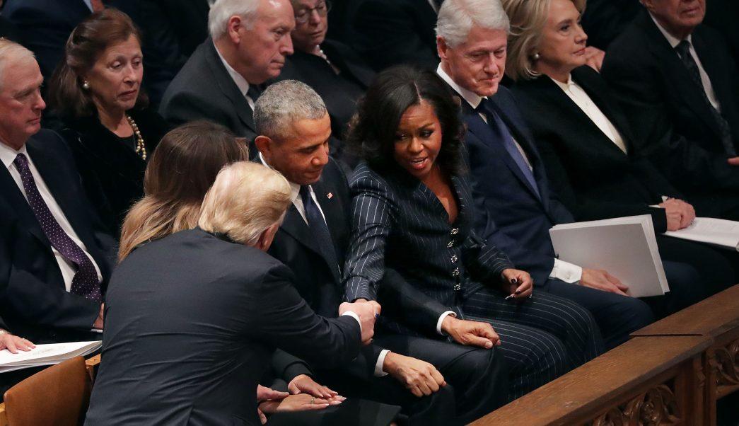 Trump saluda a Obama, pero no a Hillary Clinton, en funeral