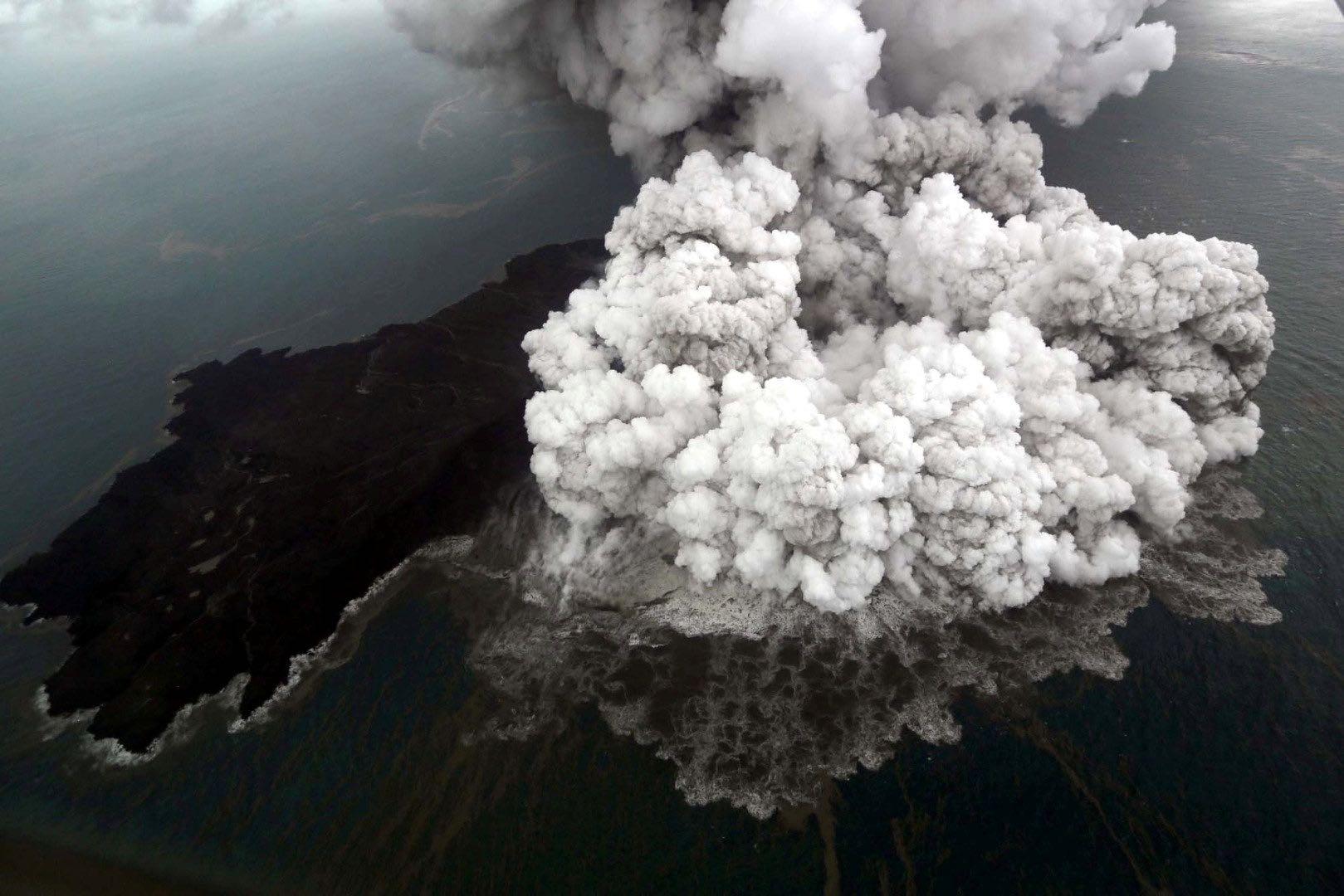 Video: Erupción del volcán Anak Krakatoa antes del tsunami