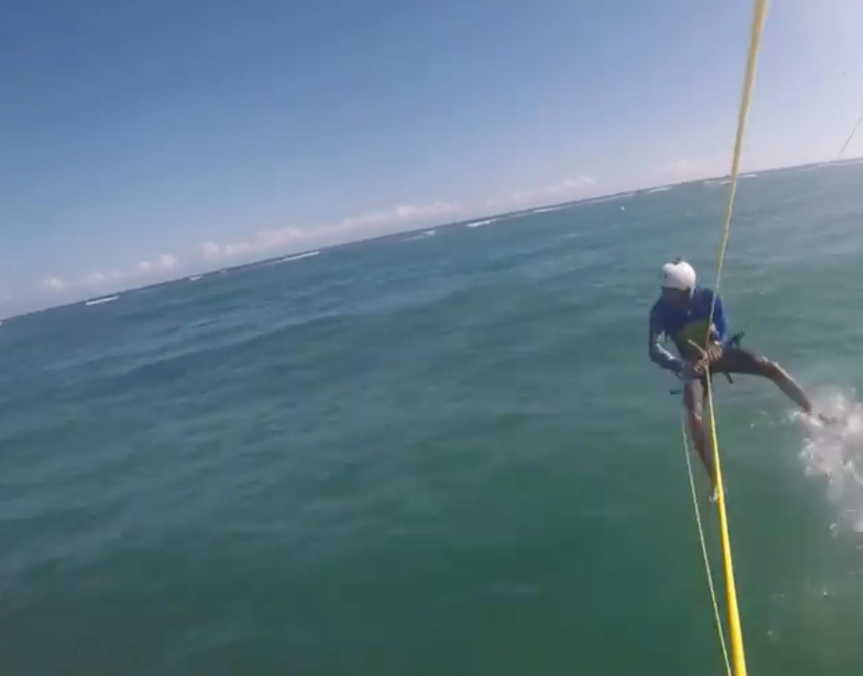 video-surfista-choca-tiburon-mientras-practicaba